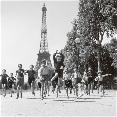 robert-doisneau-les-jardins-du-champs-de-mars-1944-photographie-noir-blanc-n-5156422-0.jpg